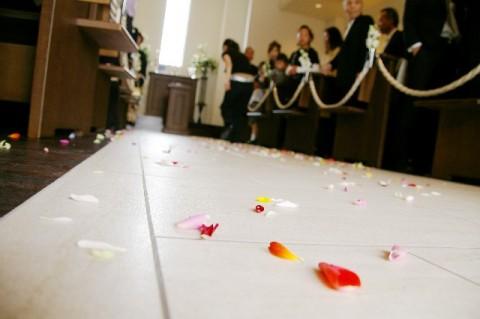 疎遠な友人の結婚式、参加する?